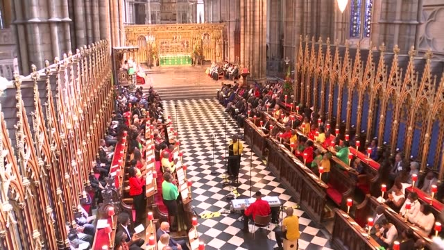 stockvideo's en b-roll-footage met poll suggests britons still prioritise cuts to immigration and support the hostile environment for migrants england london westminster abbey int... - gospelmuziek