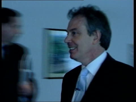 leeds tony blair mp along corridor with charles clarke mp and up to labour supporters holding up pledge board 'britain forward not back' pan as blair... - charles clarke britischer politiker stock-videos und b-roll-filmmaterial