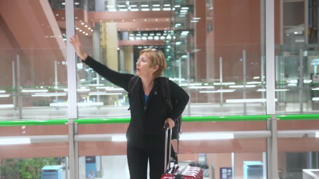 空港でタクシーを呼び出して MS 切れる女性