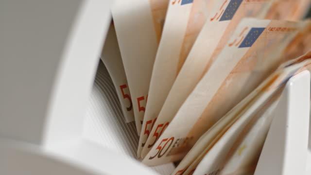 vídeos de stock, filmes e b-roll de slo mo ld impulsores na moeda contando notas de cinquenta euros máquina empurrando para fora para um empilhador - moeda da união europeia