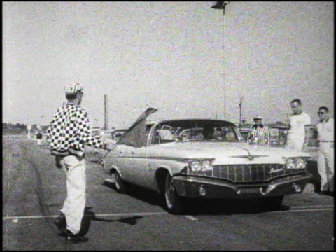 imperial at the starting line for the 1960 pure oil economy trials at daytona speedway nascar official waves the starting flag andnothing the... - circuito di daytona video stock e b–roll