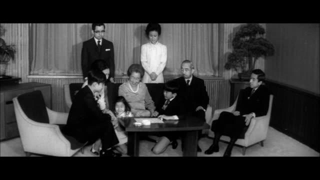 imperial family at imperial fukiage palace/prince ayanomiya and princess norinomiya /imperial family taking stroll in garden/prince hironomiya and... - 天皇点の映像素材/bロール