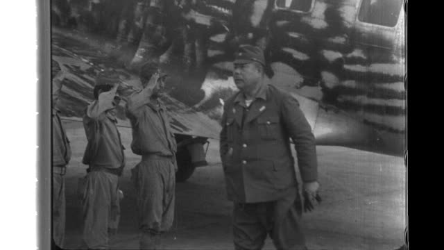 stockvideo's en b-roll-footage met imperial japanese army officers greet general yamashita the new commanderinchief in the philippines as he arrives by plane and then reporters take... - generaal militaire rang