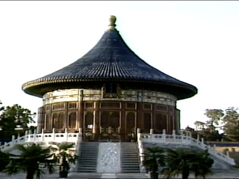 imperial vault of heaven single round roof building. carved marble dividing steps, dragons. ming, qing dynasty. - temple of heaven stock videos & royalty-free footage