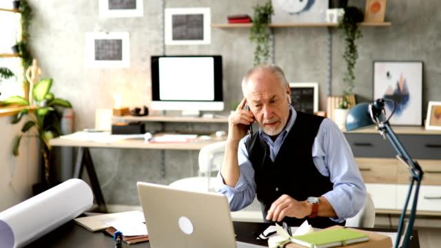 vidéos et rushes de appel téléphonique d'affaires important dans le bureau - arts culture et spectacles