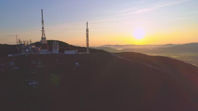 vidéos et rushes de aerial imposante tour d'antenne sur les nanos - équipement de télécommunication