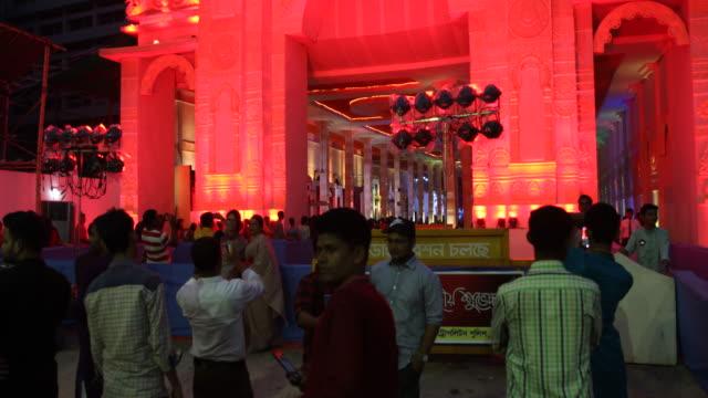 vídeos y material grabado en eventos de stock de impressions of the durgapuja festival in farmgate in dhaka in bangladesh, visitors are joining the festival. durgapuja is the largest hindu festival... - number 9