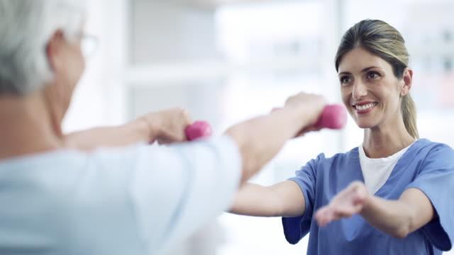 vidéos et rushes de amélioration de l'amplitude du mouvement dans ses bras - kinésithérapie
