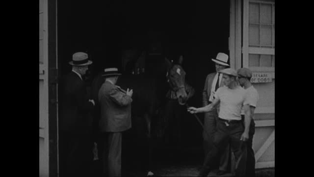 dramatization in 1931 race 'fixer' paddy barry meets w/ new york mafia looking for backing to fix race barry buys two horses 'painting' markings to... - 1931年点の映像素材/bロール