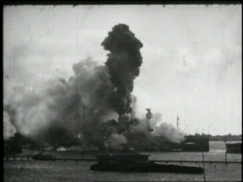 in 1941 the japanese bomb pearl harbor - 真珠湾攻撃点の映像素材/bロール