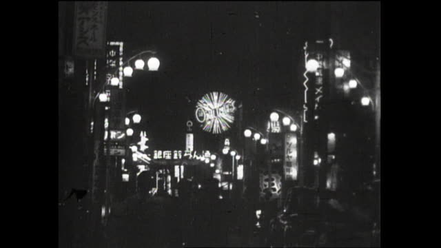 in 1954 , japan; night view of crowded suzuran-dori avenue in ginza, an illuminated entertainment district of tokyo - 1950~1959年点の映像素材/bロール