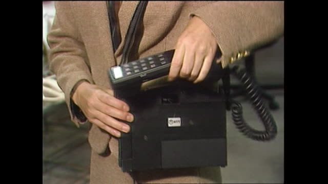 vídeos de stock, filmes e b-roll de in 1985, a portable mobile phone, called 'shoulder phone' was introduced for the first time in japan. as an advanced model of car phone developed by... - ciência e tecnologia