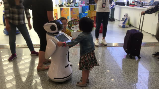 in 2017 the size of china's artificial intelligence industry was 1352 billion yuan an increase of 4142% over the same period of last year and it will... - künstlich stock-videos und b-roll-filmmaterial