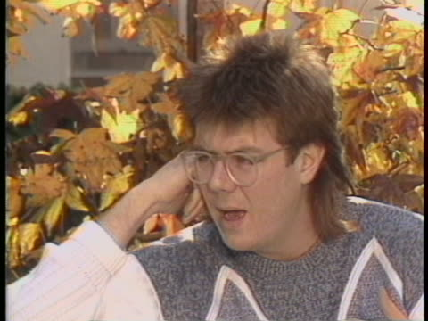 """vídeos y material grabado en eventos de stock de in a 1985 interview, director john hughes says: """"i have three sisters, i'm sort of in the middle, and you always worry 'am i being noticed?' at that... - guionista"""