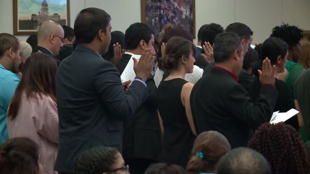 wgn in a 45minute naturalization ceremony in the loop 119 immigrants from 38 nations swore their allegiance to the united states becoming chicago's... - 市民点の映像素材/bロール
