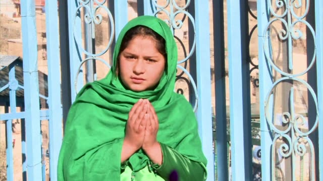 vídeos y material grabado en eventos de stock de in a brave gesture of defiance against suicide bombers afghanistans girl in green revisited the scene of a shiite muslim holy day massacre that made... - ashura
