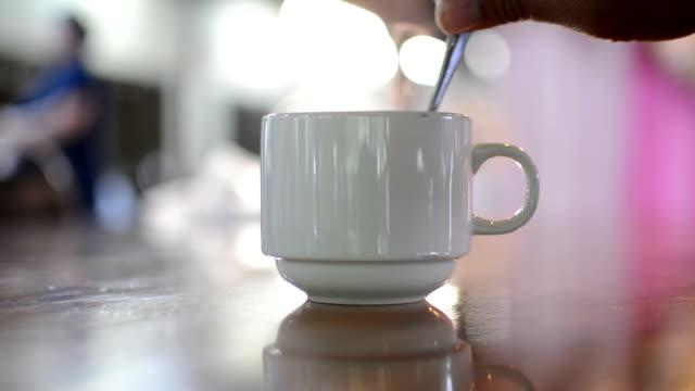 In einem Café Kaffee.