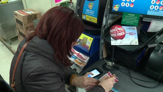 stockvideo's en b-roll-footage met in a chicago convenience store on january 13, 2016 before the highest prize in lottery history, $1.5 billion, power ball was drawn. - loterijlootje