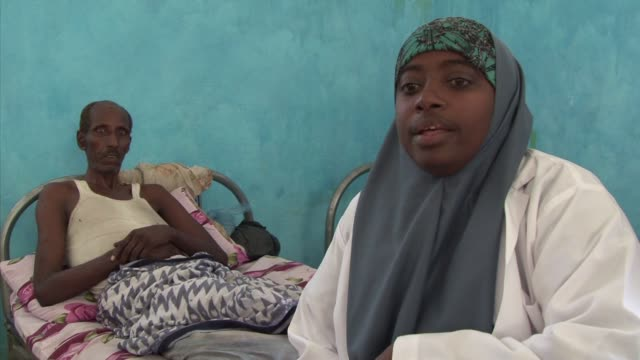 stockvideo's en b-roll-footage met in a city destroyed by a 20 year civil war getting medical attention in mogadishu is almost impossible mogadishua somalia - hoorn van afrika