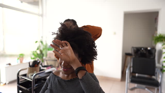 vídeos y material grabado en eventos de stock de en una peluquería - etnia negra