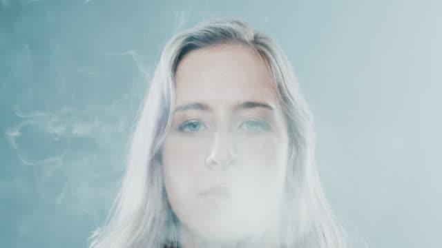 im dunst von hanf - zigarette stock-videos und b-roll-filmmaterial
