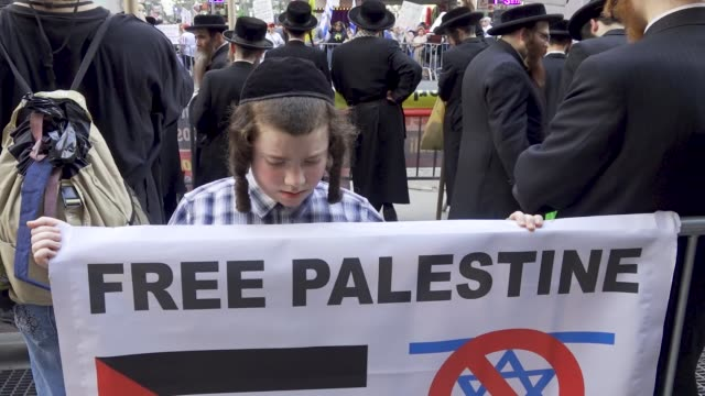 vídeos de stock e filmes b-roll de in a rally titled 'ilhan omar must go' jews and several maga trump supporters gathered in times square calling for the removal of freshman minnesota... - protestante