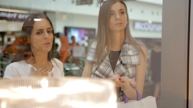 I ett köpcentrum
