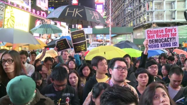 vídeos y material grabado en eventos de stock de in a sign of solidarity for the protestors in hong kong people descend on times square in new york sporting umbrellas a symbol of the pro democracy... - times square causeway bay