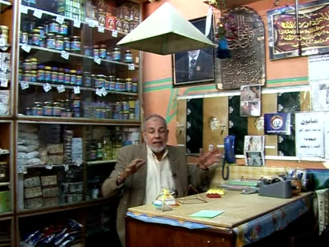 vídeos de stock e filmes b-roll de in a small cairo shop locals queue for traditional remedies concocted by omar degwy who mixes herbs powders and oils and believes a pyramid in his... - pyramid