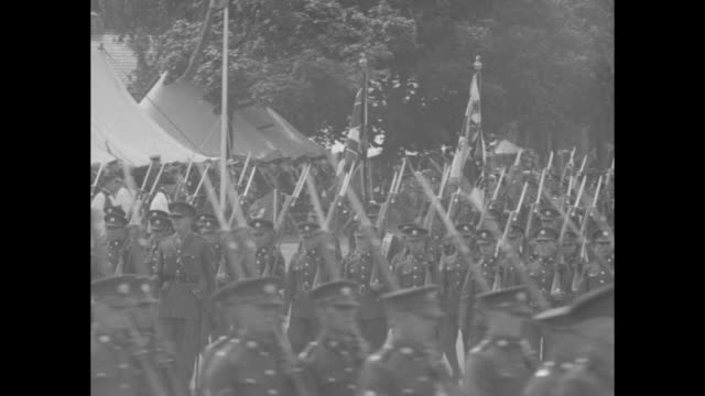 vídeos y material grabado en eventos de stock de in aldershot, british army honor guard and color guard stand in foreground, with infantry at attention in background; honor guard responds to vo... - infantería