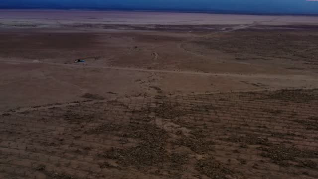 stockvideo's en b-roll-footage met in an aerial view, fallowed farmland is seen as drought worsens near red lake on june 29, 2021 north of kingman, arizona. large portions of the west... - aquifer