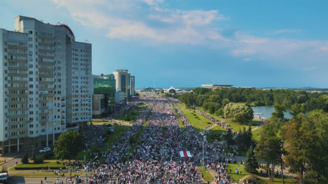 vídeos y material grabado en eventos de stock de in an aerial view from a drone, a mass of protesters gather with the white - red - white flag of belarus during a demonstration on august 30, 2020 in... - bielorrusia