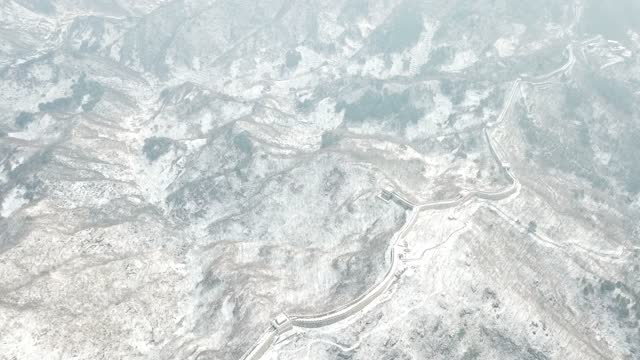 stockvideo's en b-roll-footage met in an aerial view from a drone, a section of the great wall is seen after a snowfall in mutianyu on february 23, 2021 in beijing, china. affected by... - mutianyu