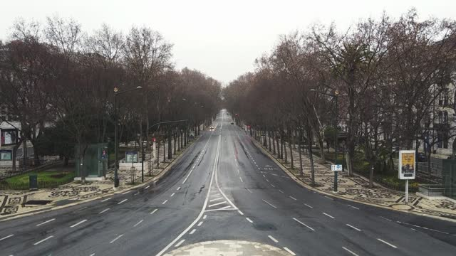 vídeos y material grabado en eventos de stock de in an aerial view from a drone, avenida da liberdade is seen almost empty during the current lockdown on january 31, 2021 in lisbon, portugal. the... - liberdade