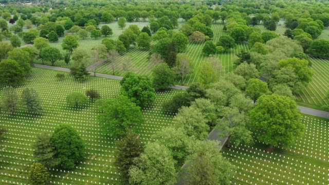 vídeos y material grabado en eventos de stock de in an aerial view from a drone on memorial day, headstones dot the landscape at long island national cemetery on may 25, 2020 in farmingdale, new... - cementerio