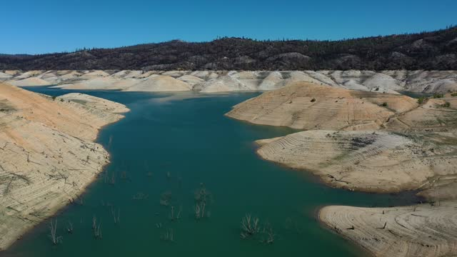 vidéos et rushes de in an aerial view, low water levels are visible at lake oroville on april 27, 2021 in oroville, california. four years after then california gov.... - californie