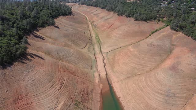 vídeos de stock e filmes b-roll de in an aerial view, low water levels are visible at lake oroville on june 01 in oroville, california. as the extreme drought takes hold in california,... - seco