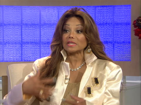 in an interview la toya jackson speaks about many issues that's she's dealt with personally. la toya is the daughter of parents, katherine and joseph... - 鎮静薬点の映像素材/bロール