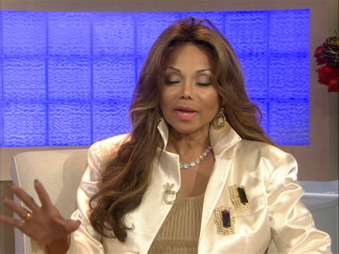 in an interview la toya jackson speaks about many issues thatõs sheõs dealt with personally. la toya is the daughter of parents, katherine and joseph... - ネバーランドバレーランチ点の映像素材/bロール