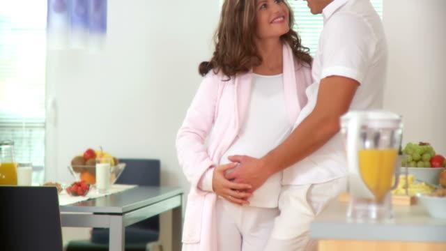 vídeos de stock, filmes e b-roll de dolly hd: na expectativa de um bebê - cuidado pré natal