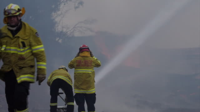 vídeos y material grabado en eventos de stock de in australia, the number of people killed by the bushfires has increased to 25.shows: eden firefighters tackling a blaze at a timber mill,... - australia
