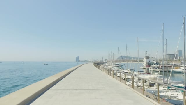 vídeos de stock e filmes b-roll de pov in barcelona summer vacations - porto de barcelona