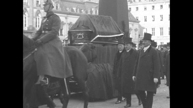 in berlin soldiers march toward camera, columns on road burn smoke / sailors march toward camera / horses and carriage pass by, then government... - ハイデルベルク点の映像素材/bロール