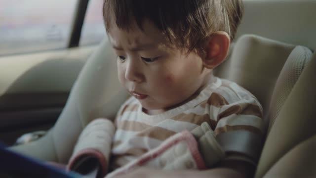 vidéos et rushes de en toute sécurité de voiture pour les enfants. - siège arrière de passager