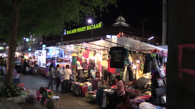 vídeos de stock e filmes b-roll de in chang klan road in the eastern part of the city of chiang mai in northern thailand. the market, which operates every evening, is popular with... - mercado noturno