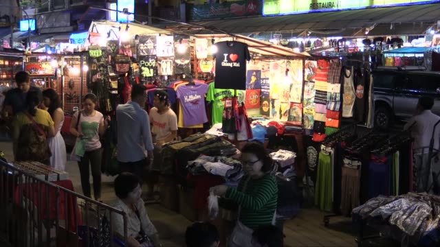 vídeos de stock e filmes b-roll de in chang klan road in the eastern part of the city of chiang mai. the market, which operates every evening, is popular with tourists. - mercado noturno