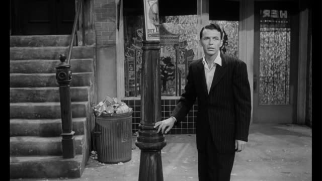 vidéos et rushes de 1955 in despair, man (frank sinatra) visits his drug dealer for another hit - fragilité