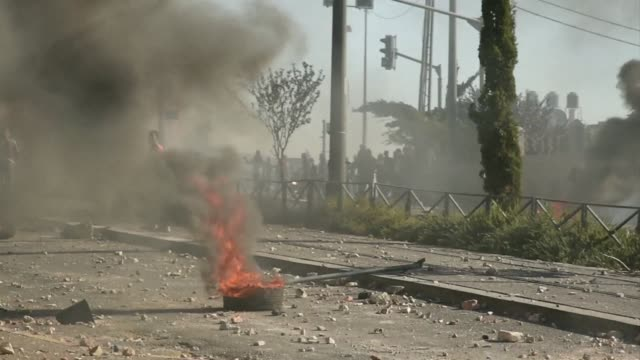 stockvideo's en b-roll-footage met in east jerusalems shuafat neighbourhood masked palestinians hurled stones and fireworks at israeli police and sent burning car tyres rolling along... - clean