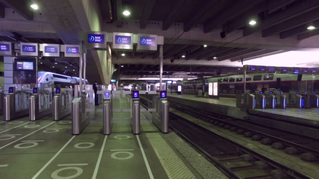 in front of the boarding gates, with circles on the ground to respect social distancing . france has started a progressive relaxation of its... - railway track stock-videos und b-roll-filmmaterial