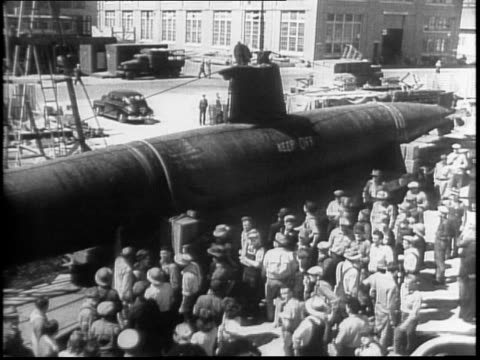 vídeos de stock e filmes b-roll de in hawaii, submarine on the beach, soldiers passing / vallejo, ca / two-man 'tojo cigar' ha-19 submarine on display, crowd / on tour to boost war... - bobsleighing